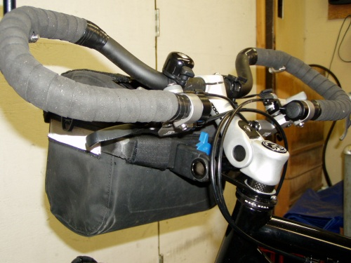 Handlebar bag mount lowers the bag